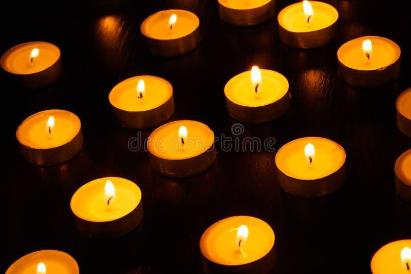 Muchos velas ardiendo fotos de archivo