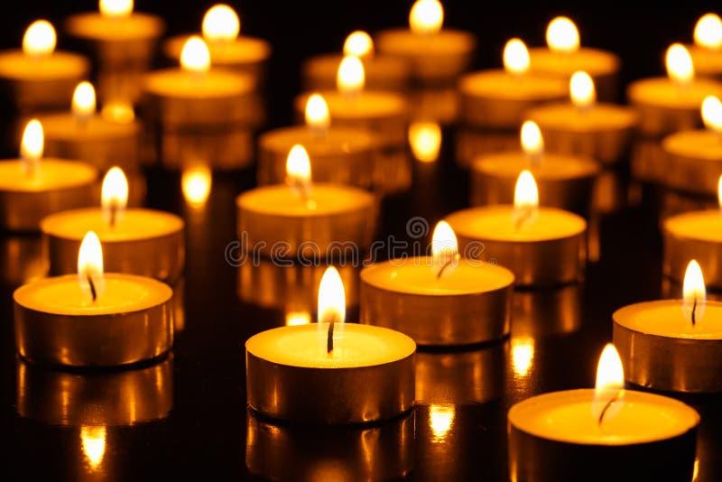 Muchos velas ardiendo foto de archivo libre de regalías