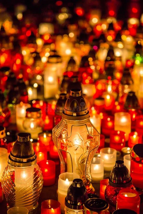 Muchos velas ardiendo en el cementerio en la noche en la memoria de la ocasión del difunto almas fotografía de archivo libre de regalías