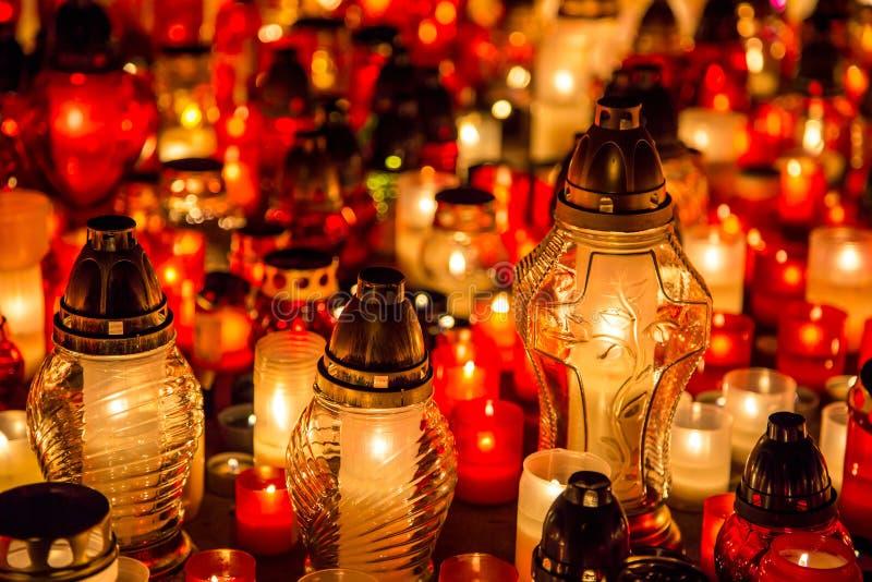 Muchos velas ardiendo en el cementerio en la noche en la memoria de la ocasión del difunto almas imágenes de archivo libres de regalías