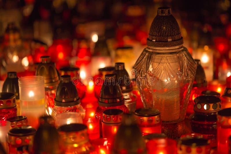 Muchos velas ardiendo en el cementerio en la noche en la memoria de la ocasión del difunto almas fotos de archivo libres de regalías