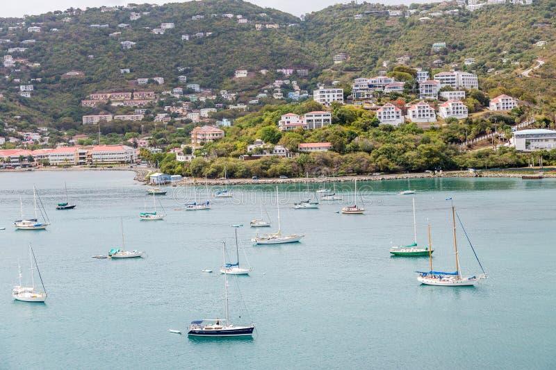 Muchos veleros en bahía cerca de centros turísticos tropicales fotografía de archivo