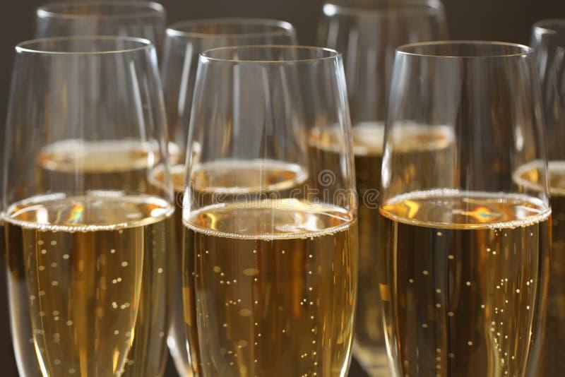 Muchos vidrios de champán como fondo, primer imagenes de archivo