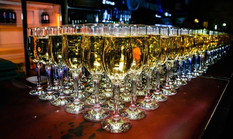 Muchos vidrios de champán en la barra fotos de archivo