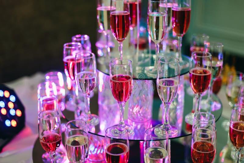 Muchos vidrios de vino y de champán en la barra del restaurante foto de archivo libre de regalías