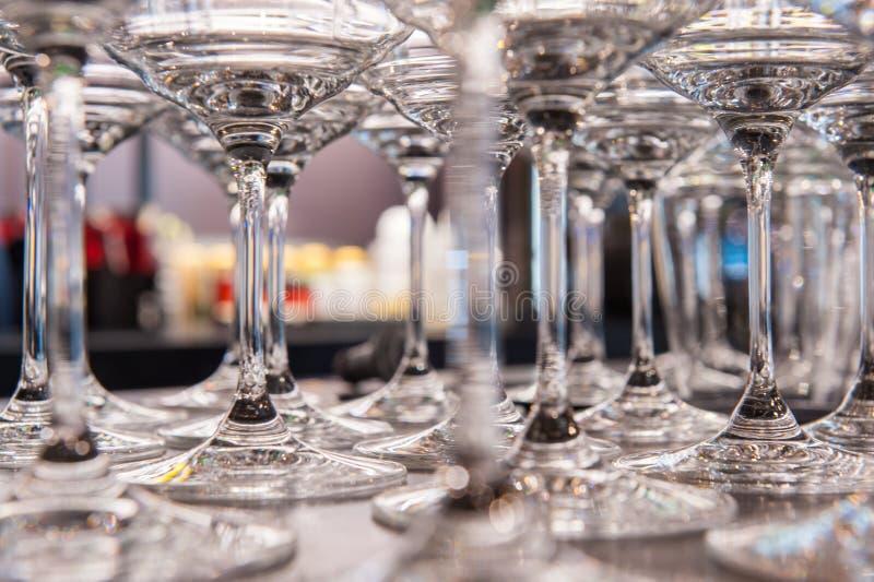 Muchos vidrios para la bebida del alcohol en restaurante imagenes de archivo
