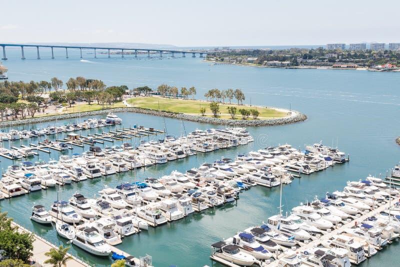 Muchos yates del blanco en San Diego Marina imagen de archivo