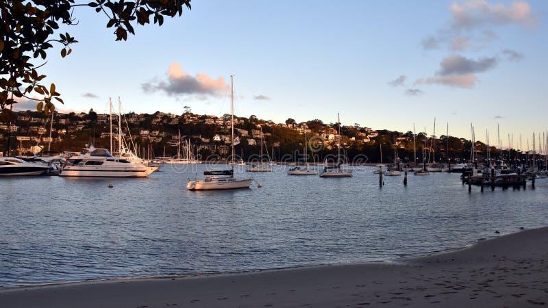 Muchos yates y barcos amarrados en la bah?a de Sandy imagen de archivo