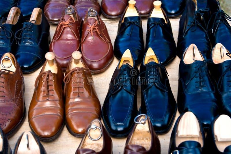 Muchos zapatos para la venta imagenes de archivo