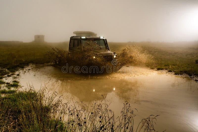 Mud- och vattenspill i tävlingar utanför väg terrängbil vacker Lastbilshjul på äventyr utanför väg royaltyfri fotografi