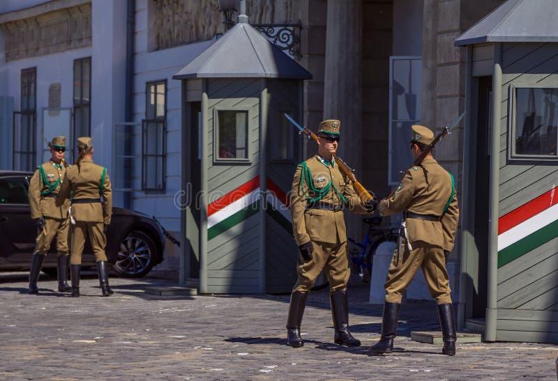 Mudança da infantaria cerimonial da elite na entrada do castelo real em Budapest fotos de stock royalty free