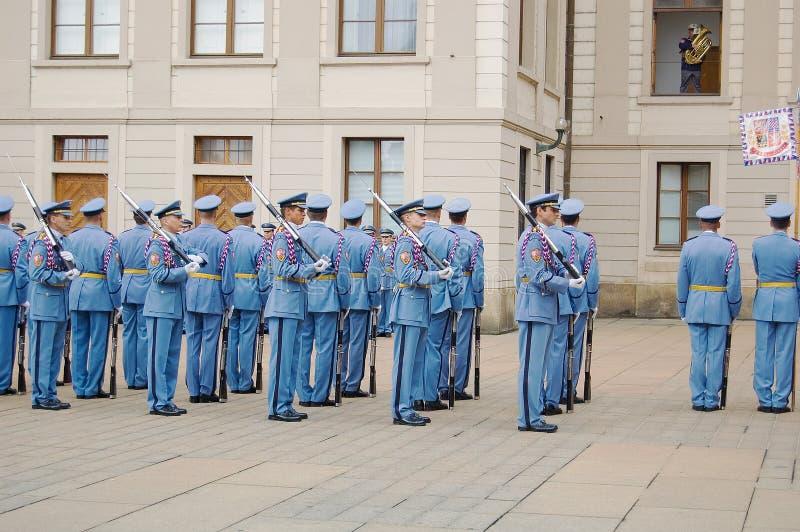 Mudança cerimonial dos protetores no castelo de Praga imagem de stock royalty free