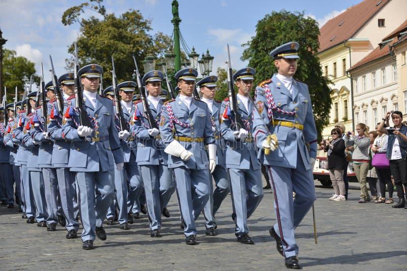 Mudança cerimonial dos protetores no castelo de Praga foto de stock