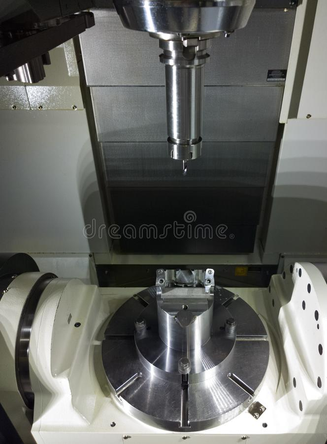 A mudança conservada em estoque de espera da máquina do CNC do controle numérico de computador da cinco-linha central imagem de stock royalty free