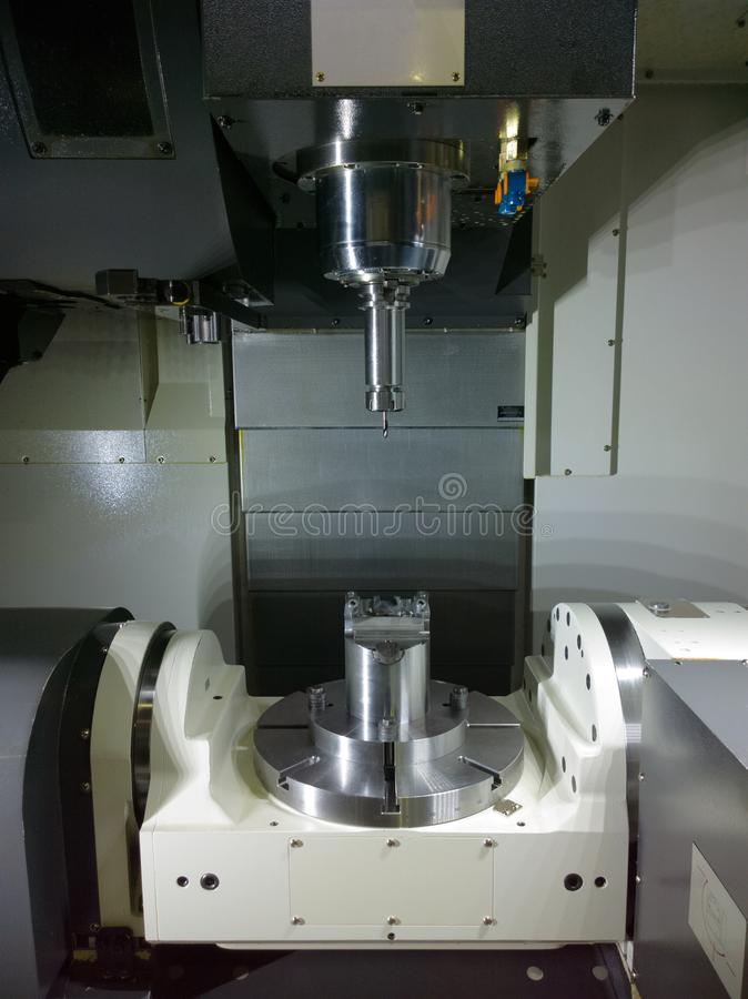 A mudança conservada em estoque de espera da máquina do CNC do controle numérico de computador da cinco-linha central fotografia de stock royalty free
