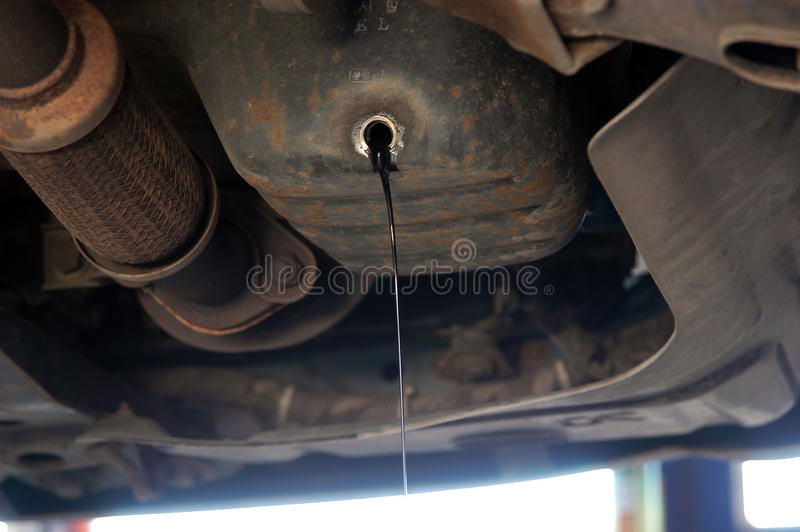 Mudança de óleo do carro imagem de stock