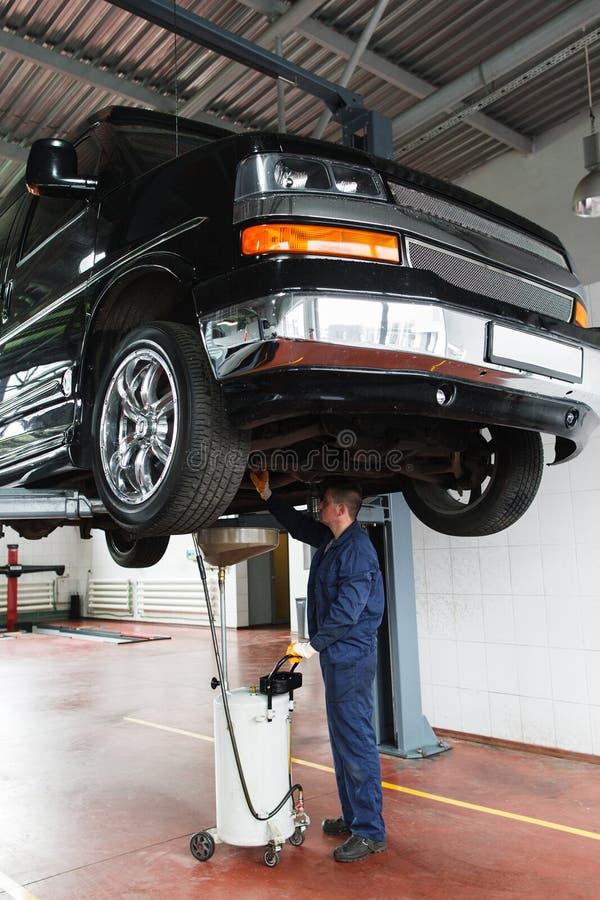 Mudança de óleo em SUV, manutenção do serviço fotografia de stock royalty free