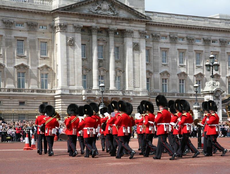 Mudança do Buckingham Palace do protetor fotos de stock royalty free