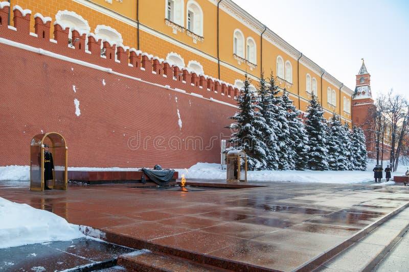 Mudança do protetor no túmulo do soldado desconhecido perto da parede do Kremlin fotos de stock