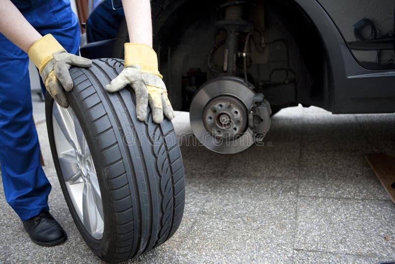 Mudança dos pneumáticos foto de stock
