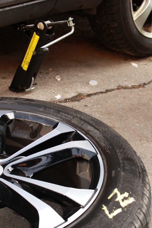 Mudança dos pneumáticos foto de stock royalty free