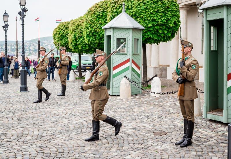 Mudança dos protetores em Buda Castle fotografia de stock