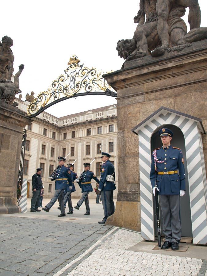 MUDANÇA DOS PROTETORES EM PRAGA CASTL foto de stock royalty free