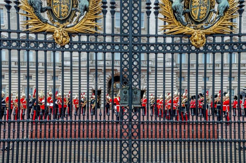 A mudança dos protetores no Buckingham Palace, Londres, Reino Unido imagem de stock royalty free