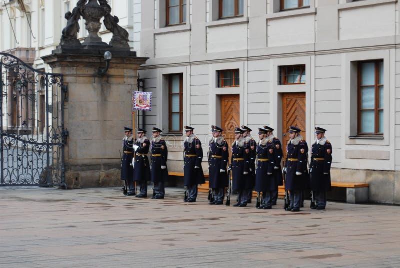 Mudança dos protetores no castelo de Praga fotografia de stock
