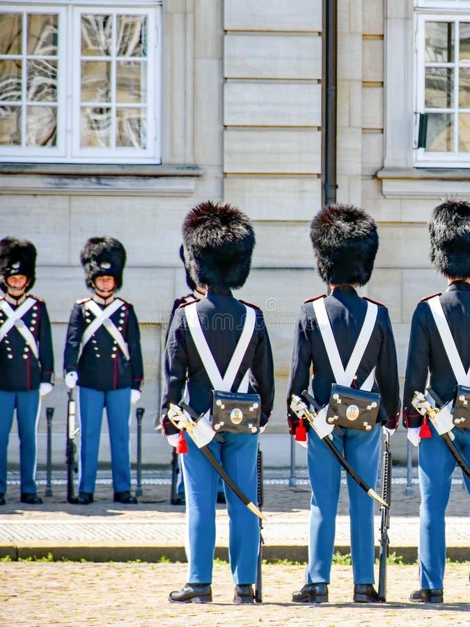 Mudan?a dos protetores no castelo de Amalienborg em Copenhaga em Dinamarca imagem de stock