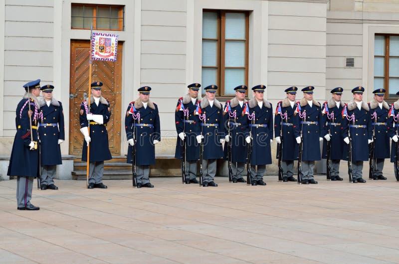 Mudando os protetores reais no castelo de Praga fotografia de stock