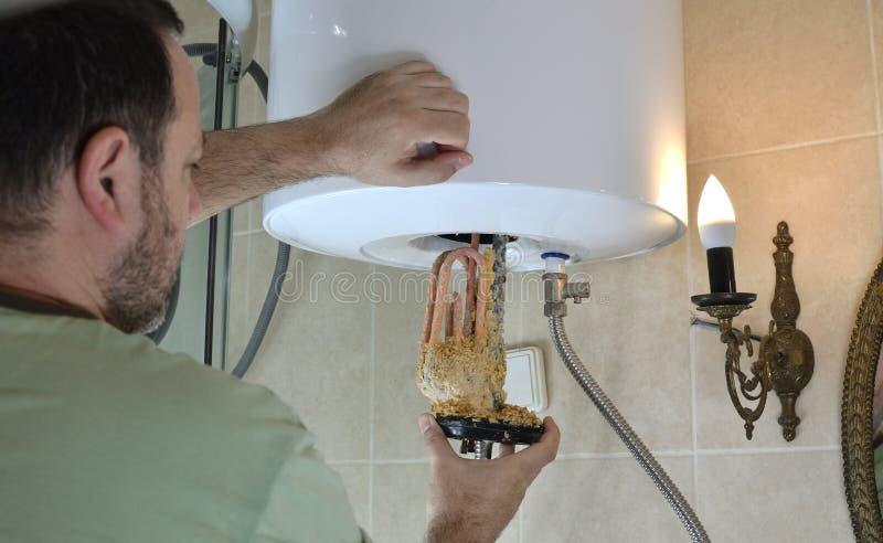 Mudando um aquecedor de água velho imagens de stock royalty free