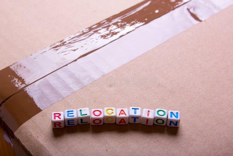 Mudanza a otra oficina o casa Relocalización de la palabra imagen de archivo libre de regalías