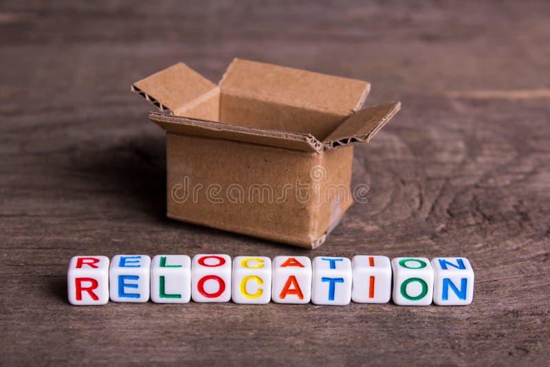 Mudanza a otra oficina o casa Relocalización de la palabra foto de archivo