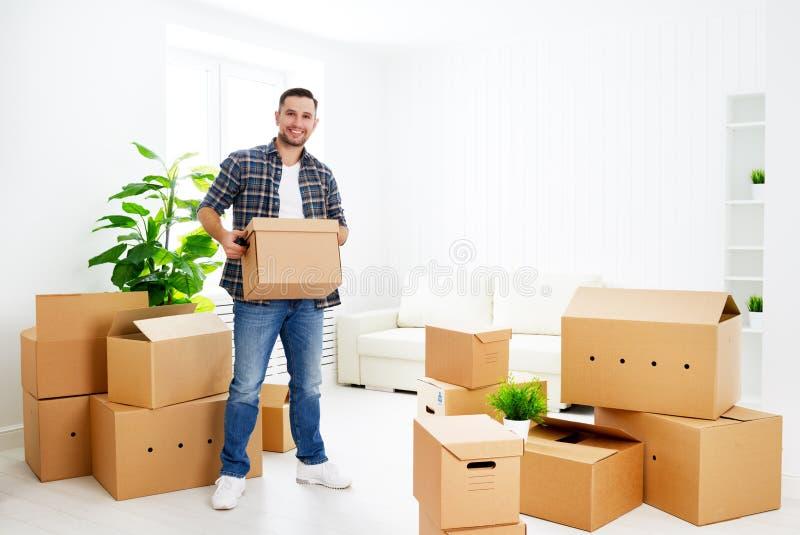 Mudanza a un nuevo apartamento hombre feliz con las cajas de cartón fotografía de archivo