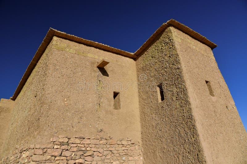 Mudbrick dom nad niebieskim niebem Maroko obrazy royalty free