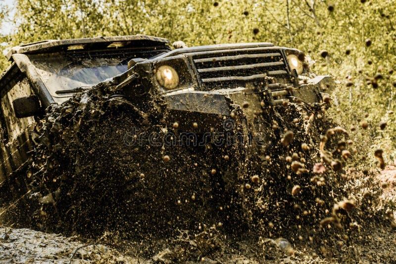 Mudding off-roading con un área del fango o de la arcilla mojado Pista en fango Indique los neumáticos de las ruedas y campo a tr fotografía de archivo