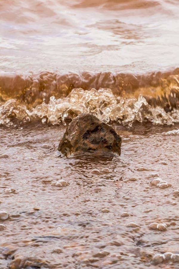 Muddy Water Waves Hitting una roca, Panshet imagen de archivo libre de regalías