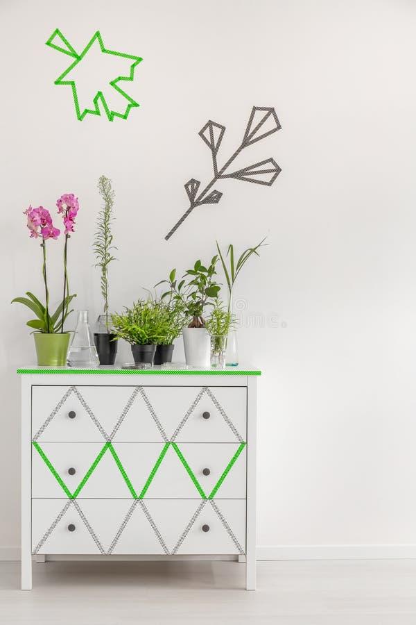 Mude a cômoda em um suporte de flor fotos de stock royalty free