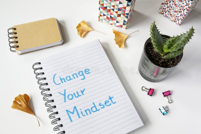 Mude seu mindset escrito no caderno fotografia de stock