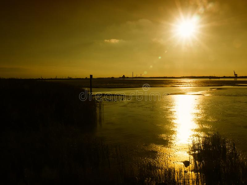 Mudflats no estuário do rio de Weser perto de Nordenham no por do sol imagens de stock