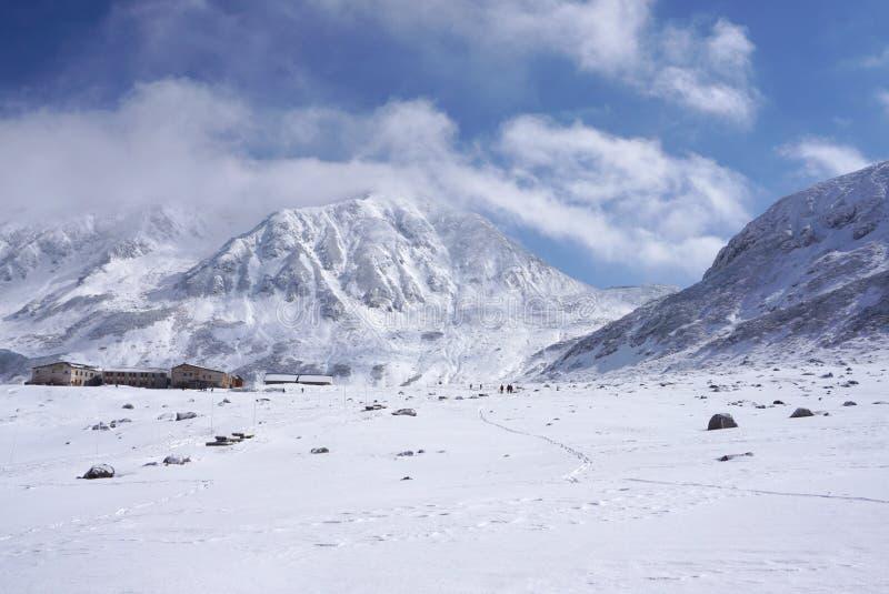 Mudoro fält i November med snöbergbakgrund arkivfoto