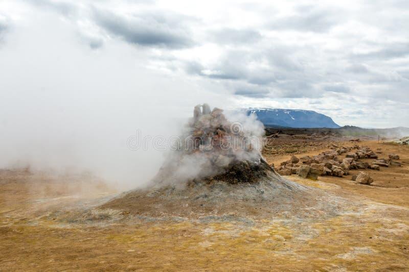 Mudpot在Namafjall地热地区,冰岛-在煮沸的泥附近的区域是多彩多姿和破裂的 免版税库存图片