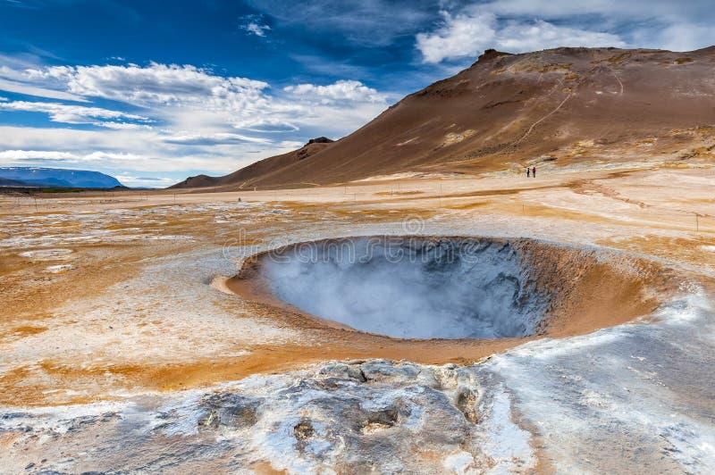 Mudpot de ébullition dans le gisement géothermique de Hverarond en Islande photos stock