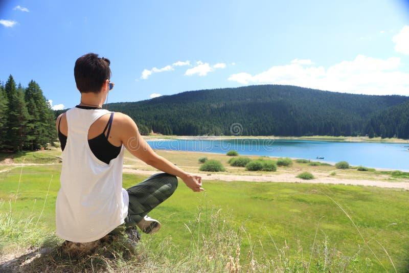 Download Mudra Outdoors представляет практикуя йогу женщины Стоковое Фото - изображение: 102747780