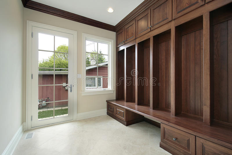 Mudroom com cabinetry de madeira foto de stock royalty free