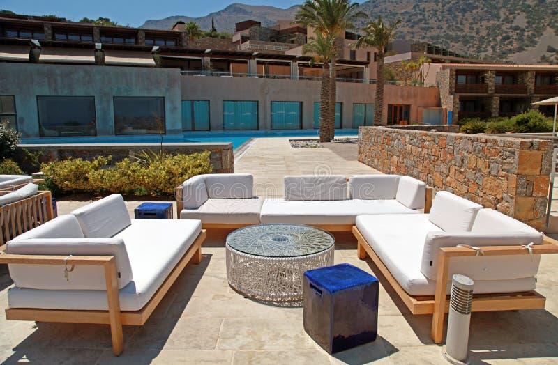 Muebles al aire libre en el centro turístico de verano (Grecia) fotografía de archivo