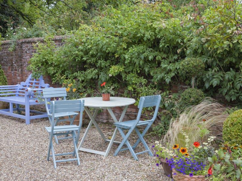 Muebles Azules Del Jardín En Un Pequeño Jardín Del Verano Imagen de ...