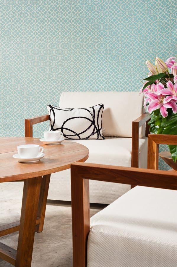 Muebles blancos de Brown en una sala de estar fotografía de archivo