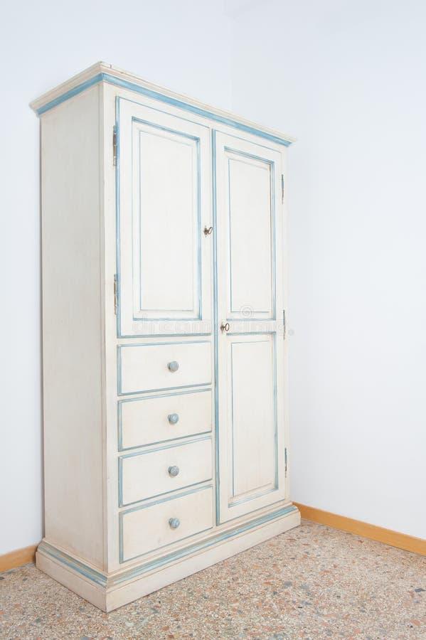 Muebles Blancos Del Armoire Del Vintage En Casa Imagen de archivo ...